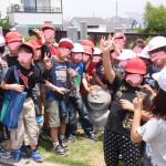 ドラえもんを囲んで集まる子供たち